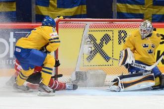 Юнас Энрот (справа), герой матча с канадцами