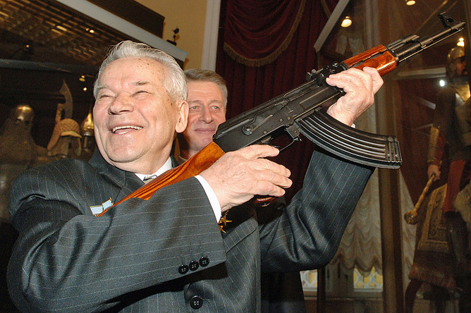 Михаил Калашников в Музее Московского Кремля, которому он передал коллекцию пулеметов собственной разработки. 2005 год