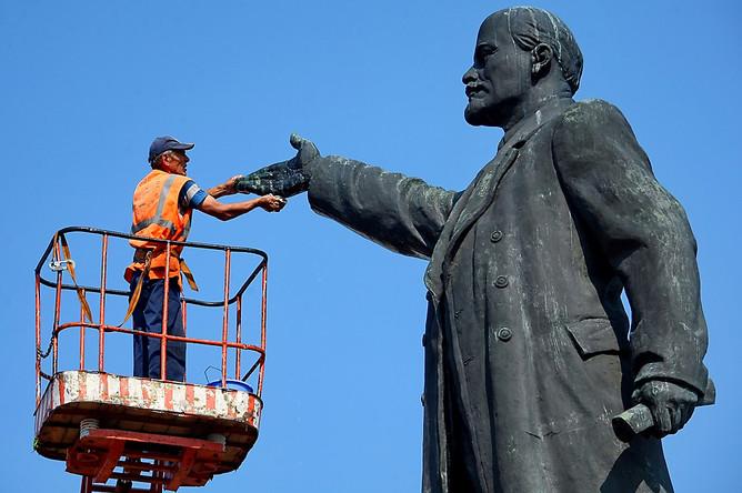 Мойка памятника Ленину в городе Иваново