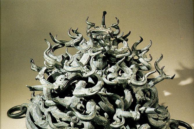 Подставка под барабан. Бронза. Из гробницы правителя царства Цзэн маркиза И. Эпоха Чжаньго (V--III вв. до н.э.)