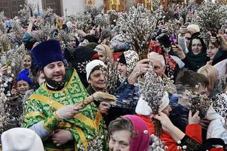 Священнослужитель и верующие в праздник Входа Господня в Иерусалим в Спасо-Преображенском кафедральном соборе Хабаровска, 1 апреля 2018 года