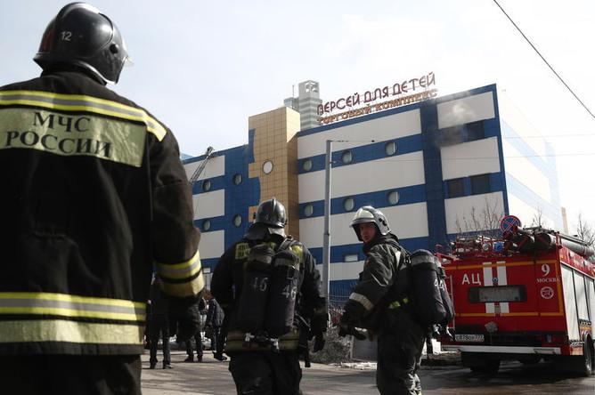 Ситуация на месте пожара в торговом центре «Персей для детей» на Малой Семеновской улице в Москве, 4 апреля 2018 года