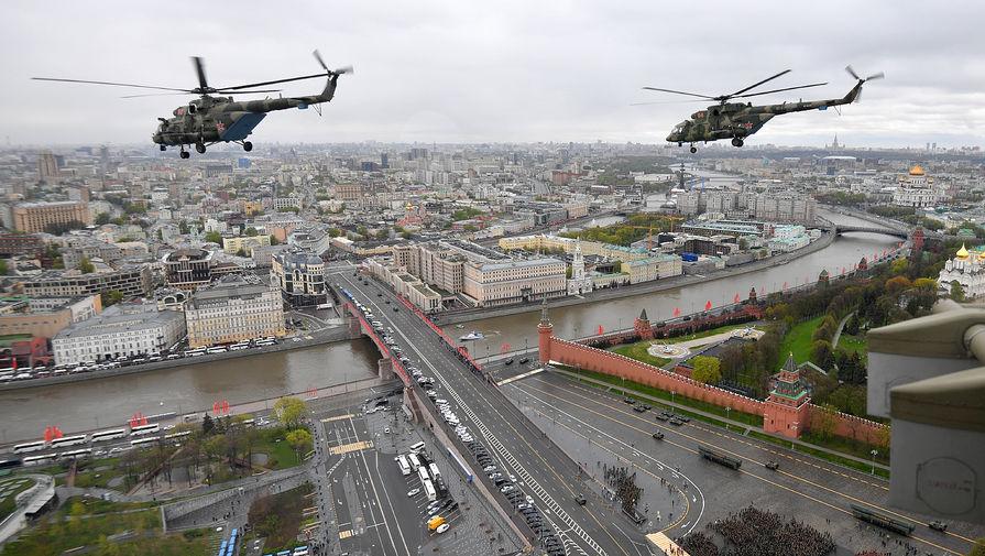 Многоцелевые вертолеты Ми-8 во время воздушной части парада в честь 76-й годовщины Победы в Великой Отечественной войне в Москве, 9 мая 2021 года