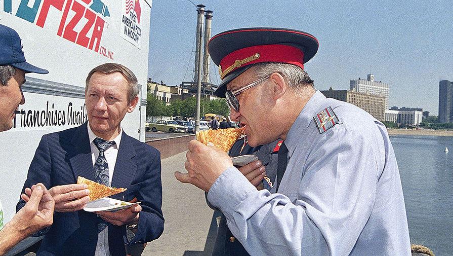 Сотрудник советской автоинспекции пробует американскую пиццу во время встречи лидеров СССР и США...