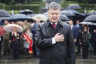 Президент Украины Петр Порошенко в день памяти жертв Второй мировой войны у Могилы неизвестного солдата в Киеве, июнь 2015 года