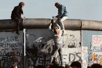 Жители ГДР ломают Берлинскую стену, 24 сентября 1989 года