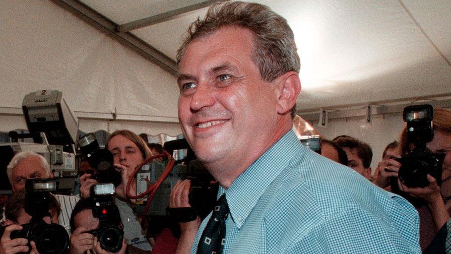 Милош Земан следит за результатами выборов в Чехии штаб-квартире социал-демократической партии в Праге, 1998 год