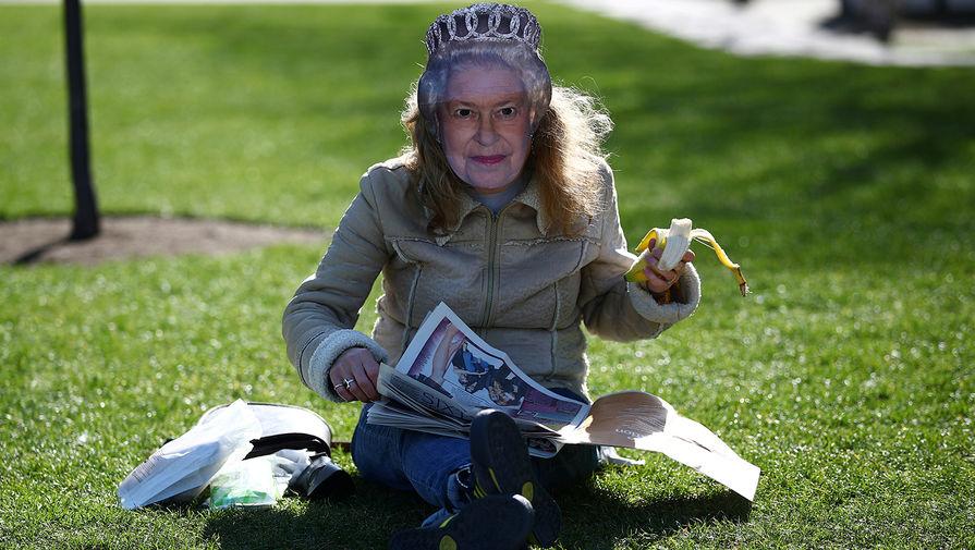 Жительница Лондона в одном из парков города, 24 марта 2020 года