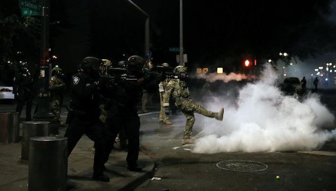 Во время столкновений федеральных войск с протестующими в Портленде, США, 22 июля 2020 года