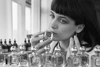 Лаборант дегустирует очередную партию духов «Диалог» производственного парфюмерно-косметического объединения «Дзинтарс», 1983 год