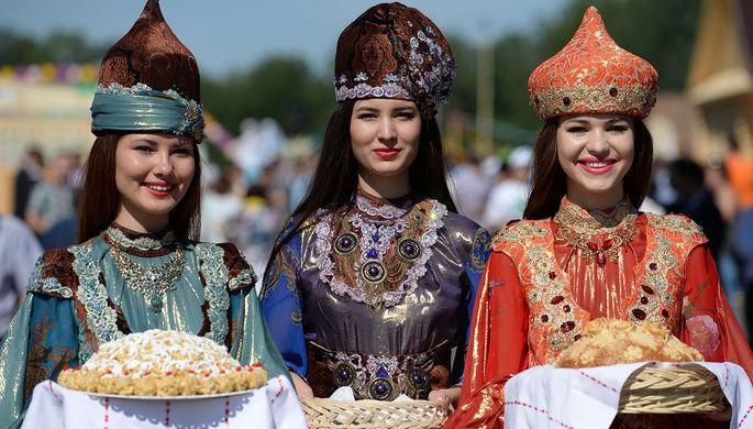 Девушки в национальных костюмах встречают гостей чак-чаком и хлебом с солью
