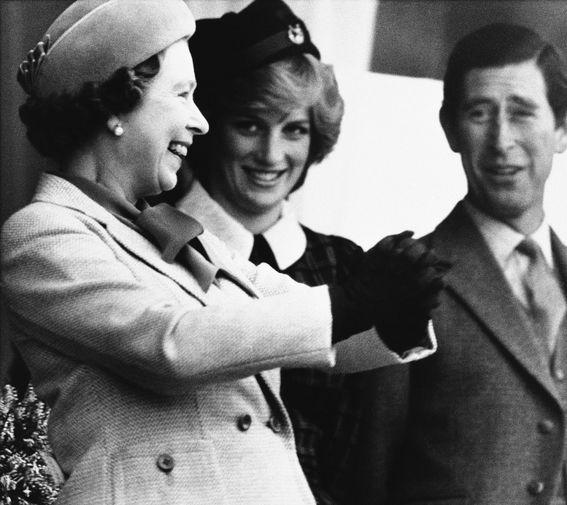 Старший сын королевы принц Чарльз и леди Диана Спенсер вступили в брак в 1981 году. На фото Елизавета II, принц Чарльз и принцесса Диана на спортивных соревнованиях в 1982-м.