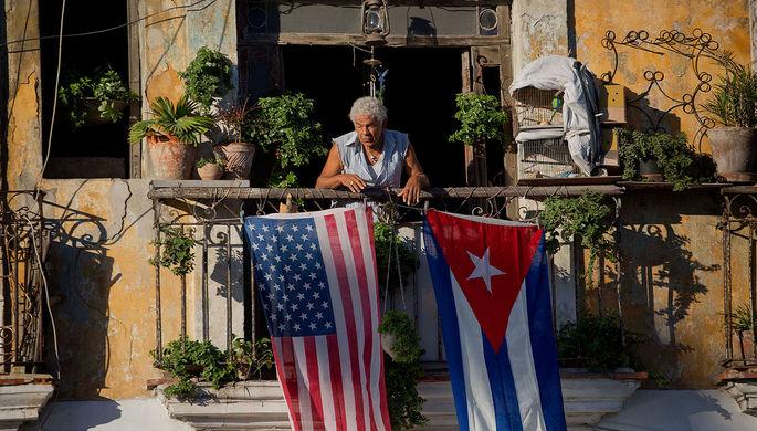 Флаги США и Кубы на одной из улиц в центре Гаваны