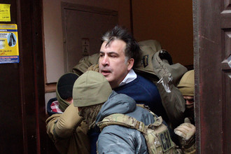 Бывший губернатор Одесской области Украины и силовики около дома политика в Киеве, декабрь 2017 года