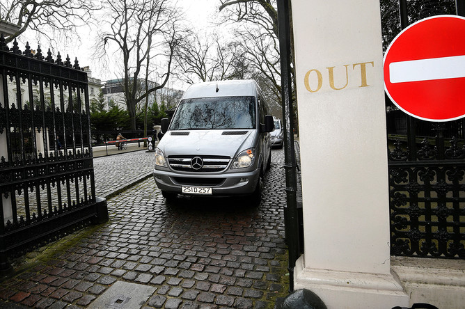 Микроавтобус с дипломатами и их семьями во время выезда с территории российского посольства в Лондоне, 20 марта 2018 года