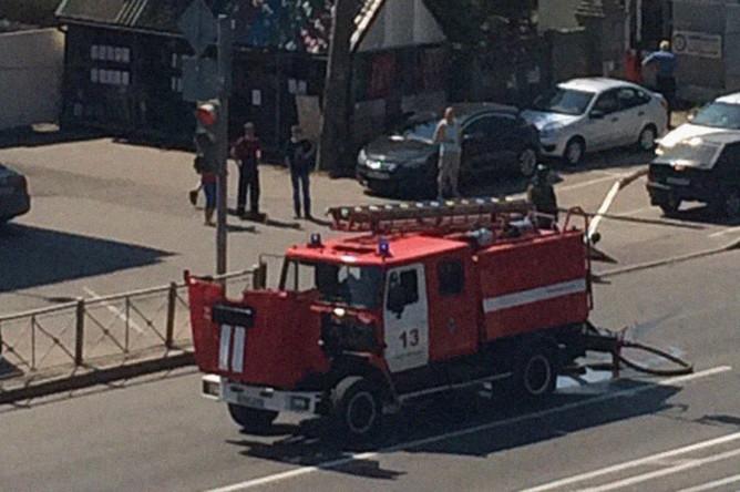 Пожарный автомобиль на месте происшествия на Литовской улице в Санкт-Петербурге, 17 июля 2018 года