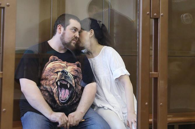 Блогер Эрик Китуашвили и его гражданская жена Анна Каганская, подозреваемые в мошенничестве со страховыми выплатами, в Мосгорсуде, 21 февраля 2017 года