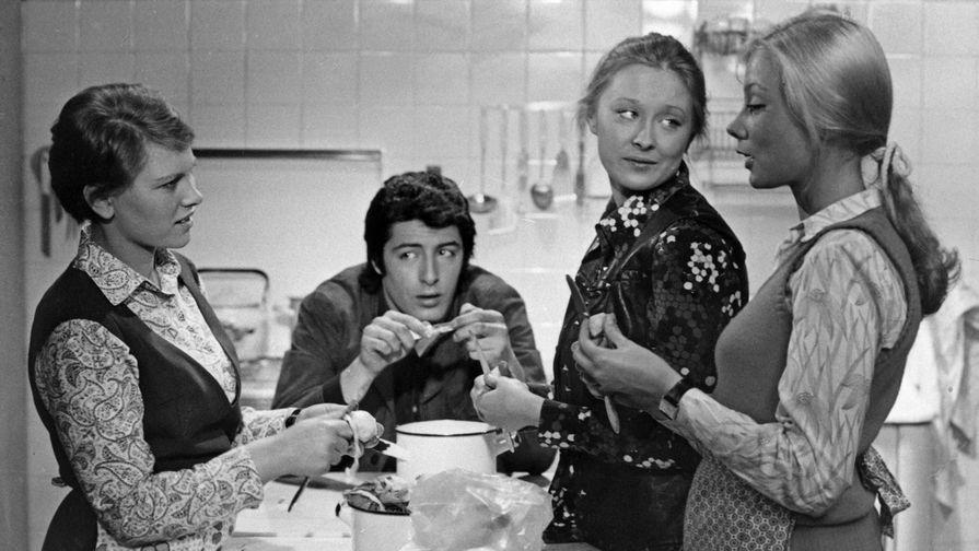 Кадр из художественного фильма «Дочки-матери», 1974 год. Актриса Лариса Удовиченко вторая справа