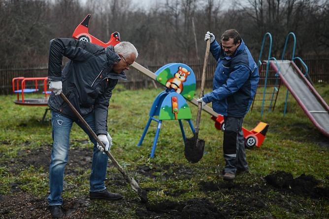 Банкир Александр Лебедев во время обязательных работ по монтажу детской площадки
