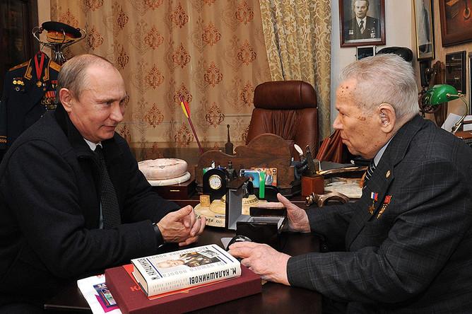 Владимир Путин и конструктор Михаил Калашников во время встречи в Ижевске. 2013 год