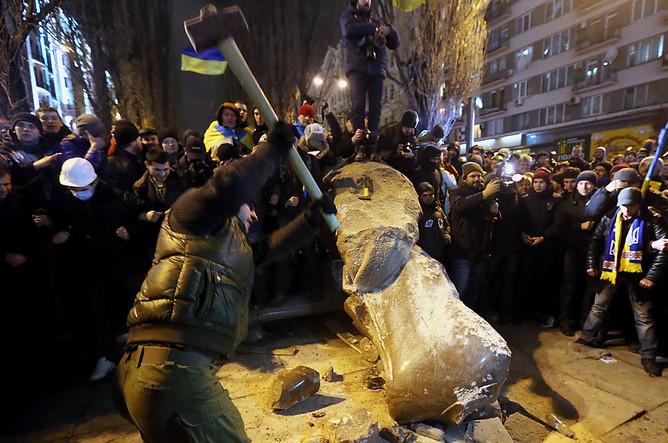 Во время сноса памятника Ленину на бульваре Шевченко в центре Киева. 2013 год