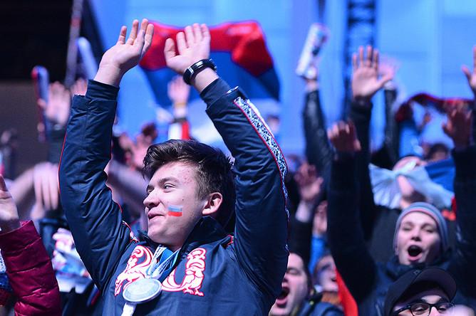 Зрители перед началом церемонии закрытия XXII зимних Олимпийских игр в Сочи