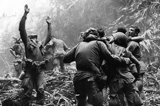 Одна из самых известных военных фотографий: Вьетнам, апрель 1968 г., после четырехдневной операции в джунглях раненые из подразделения 101-й воздушно-десантной дивизии ожидают вертолет