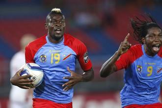 Жереми Бокила (слева) и Дьюмерси Мбокани только что организовали гол, который вывел их сборную в четвертьфинал