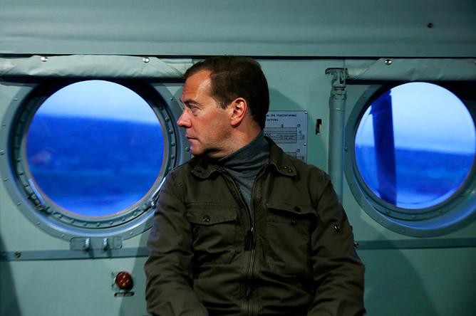 Премьер-министр РФ Дмитрий Медведев во время посещения острова Итуруп на Курилах