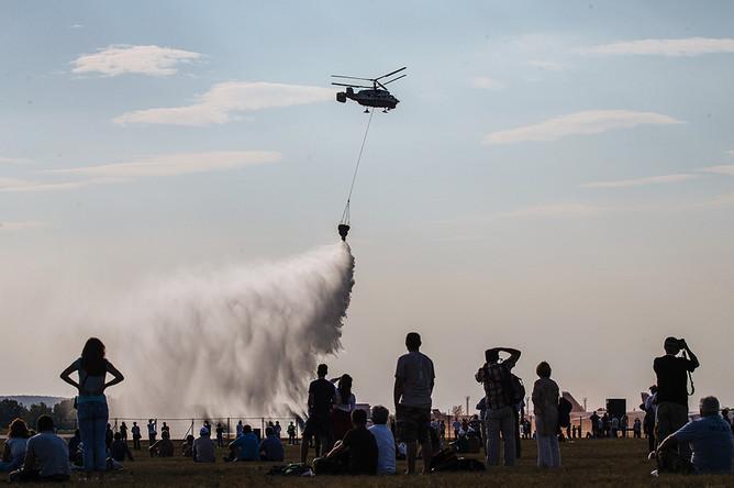 Вертолет Ка-226Т МЧС России во время демонстрации тушения пожара
