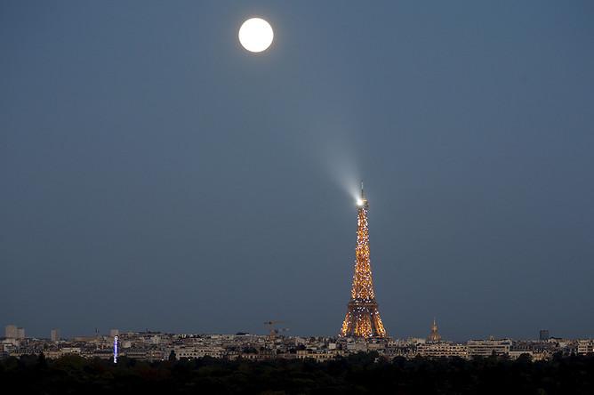 Полное лунное затмение в Париже