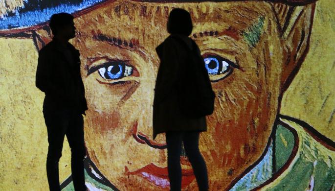 Посетители на мультимедийной выставке «Ван Гог: 125 лет вдохновения» в центре дизайна Artplay