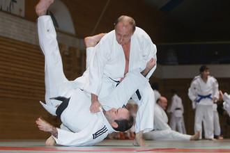 Владимир Путин проводит тренировку по дзюдо в Школе высшего спортивного мастерства в Санкт-Петербурге, 2009 год