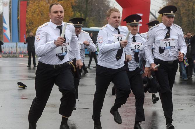 Участники ежегодного спортивного праздника московской полиции
