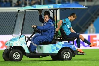 Александра Кокорина увозят с поля в матче против «РБ Лейпциг» на электрокаре