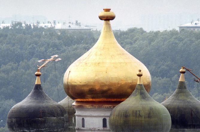 1998 год. После урагана были поломаны и сорваны кресты с куполов Новодевичьего монастыря