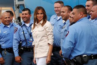 Первая леди США Меланья Трамп вместе с сотрудниками полиции в аэропорту после визита в детский центр на границе с Мексикой, 21 июня 2018 года