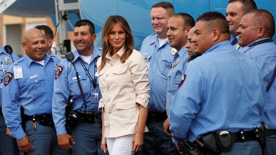 Первая леди США Меланья Трамп вместе с сотрудниками полиции в аэропорту после визита в детский центр...