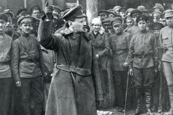 Лев Троцкий выступает перед солдатами Красной Армии