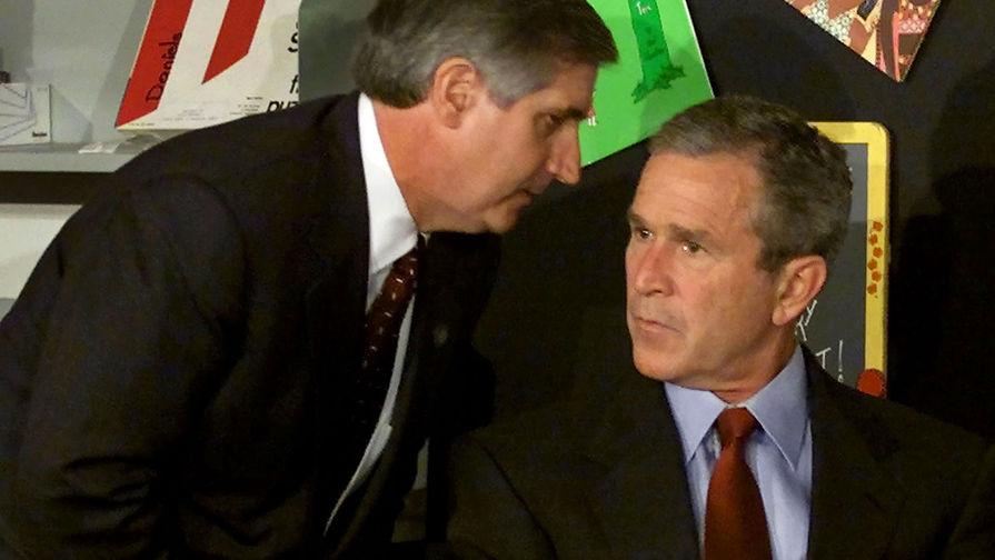 Глава администрации Белого дома Эндрю Кард сообщает президенту США Джорджу Бушу о втором самолете, врезавшемся в башню Всемирного торгового центра