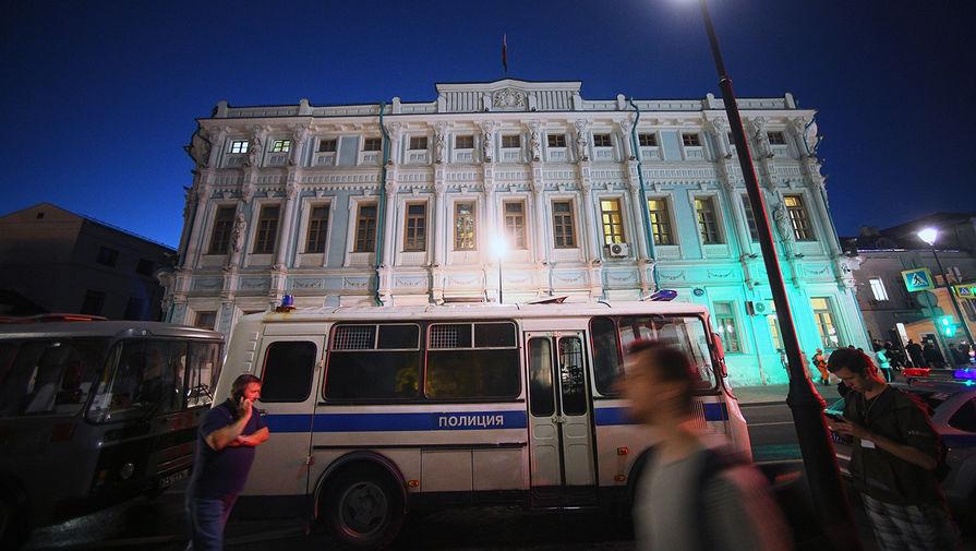 Полицейский автобус возле посольства Белоруссии в Москве, 9 августа 2020 года