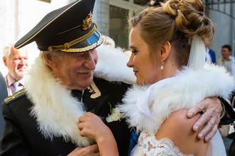 Иван Краско и Наталья Шевель после церемонии бракосочетания в Адмиралтейском ЗАГСе