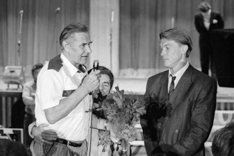 Лев Яшин (слева) чествует завершающего карьеру Олега Блохина.