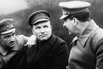 Руководители партии и советского государства Анастас Микоян, Сергей Киров и Иосиф Сталин (слева направо) за беседой, 1932 год