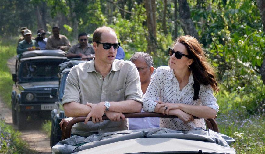 В 2016 году году Кейт и Уильям отправились в новую поездку – на этот раз по Индии. Турне состоялось в апреле – представители королевской семьи посетили трущобы в городе Мумбаи, сыграли в крикет с юношеской командой, побывали в Тадж-Махале, встретились со звездами Болливуда и даже отпраздновали день рождения Елизаветы II в посольстве Великобритании в Дели