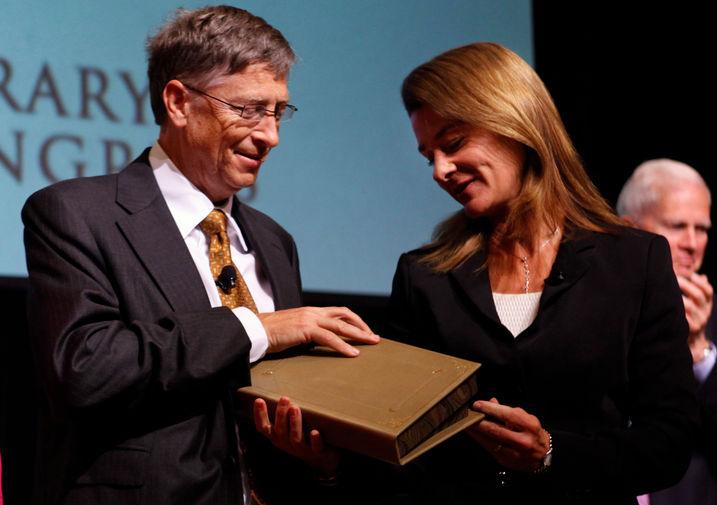 Билл и Мелинда Гейтс с наградой Уильяма Фулбрайта за достижения в области благотворительности во время церемонии награждения в Вашингтоне, 2010 год