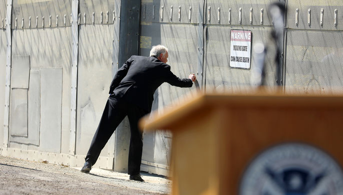 Сенатор Рой Джонсон во время визита на границу США и Мексики в Сан-Диего, Калифорния, 21 апреля 2017...