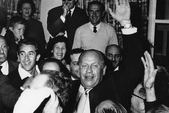 Оскар Шиндлер в окружении переживших Холокост, Иерусалим, Израиль, 1 мая 1962 года.