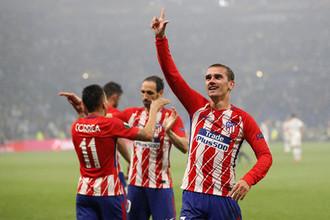 Футболисты «Атлетико» празднуют второй мяч Антуана Гризманна (справа)