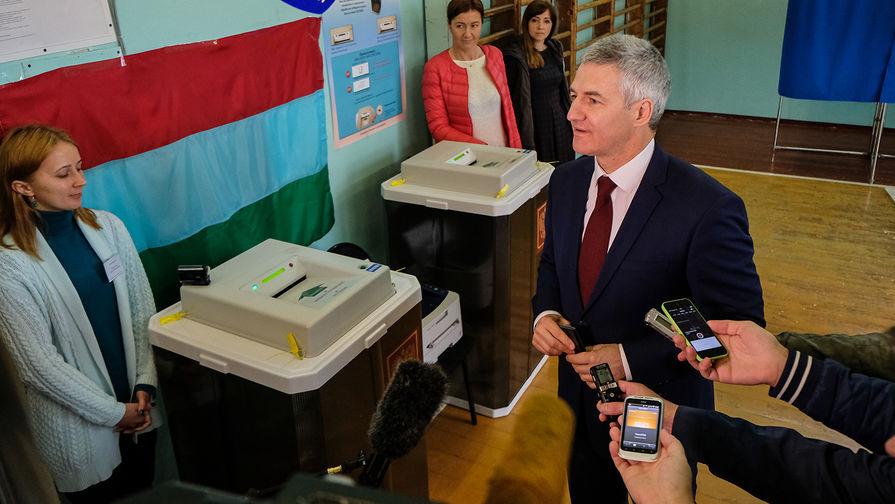 Врио главы Карелии Артур Парфенчиков на избирательном участке в единый день голосования, сентябрь 2017 года